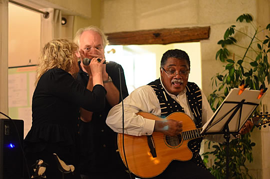 Michael Willis singt einen Folk Song